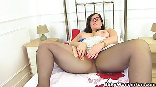 English BBW Jayne Storm lets you comprehend her soft fanny
