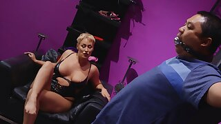 Mature with beamy ass, first maturity dominating the brush male slave