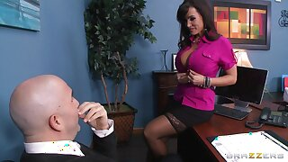 Dirty pornstar Lisa Ann loves to be fucked by a throbbing goof