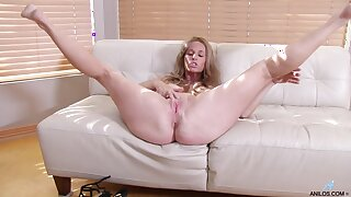 Solo video of busty mature Totally Tabitha fingering will not hear of pussy